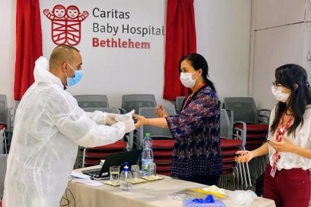 مستشفى كاريتاس للأطفال يُمكّن المستشفيات المحلية من مكافحة فيروس كوفيد-19